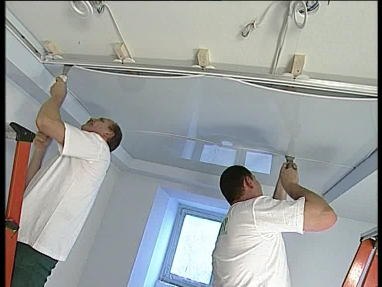 Натяжной потолок как сделать к нему плинтус